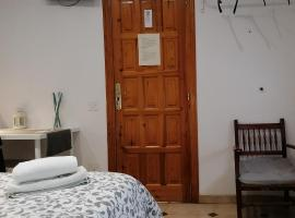 Casa Angela Hostel, guest house in Deltebre