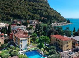 Hotel Regina Adelaide, hotel near Baia delle Sirene Park, Garda