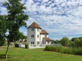 Windrush Turret Lodge, cabin in South Cerney