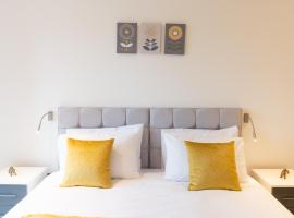 Luxury Serviced Apartment in St Albans, 5 min walk to Station, Free Super-fast Wifi, Free Allocated onsite Parking, hotel near St Albans City and District Council, St. Albans