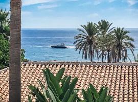 Apartment with sea views within Hotel Puente Romano Marbella, lägenhet i Marbella