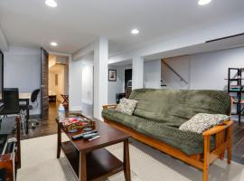 Modern Suite in Petworth, Washington, DC *FREE off-street parking, walk to Metro and restaurants*, apartment in Washington, D.C.