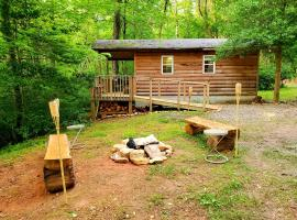 Lil' Log at Hearthstone Cabins and Camping, vacation rental in Helen