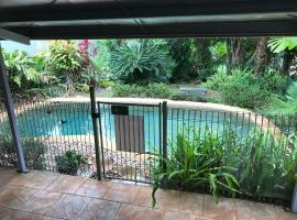Royal Palm Cottage, Entire two bedroom 2 bathroom house with Pool, vacation home in Mission Beach