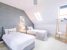 Luxury four bed home in residential area with free parking, vila u gradu Mančester
