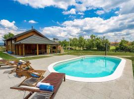 V's place - wooden house with pool, holiday home in Otočac
