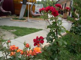 Sunny House Guest House, hotel with pools in Vityazevo