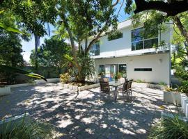 HOLIDAY HOME - 6 BEDROOMS CLOSE TO TOWN, pet-friendly hotel in Gold Coast