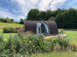 Slades farm Glamping, cabin in Westbury