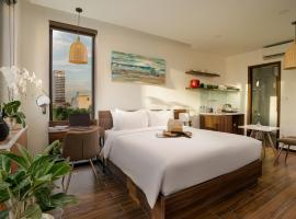 Dragon View Riverfront Hotel - Managed by Chiic Vacation, apartment in Danang