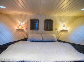Private Houseboat in the heart of Amsterdam, boat in Amsterdam