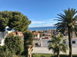 Appartement vue mer panoramique, grande terrasse, proche de la plage, family hotel in Antibes