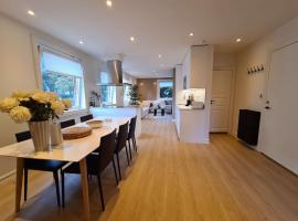 Bright And Modern 2-Bedroom Apartment Near City Center, Free Parking, Perfect For Families And Business Trips, feriebolig i Stavanger