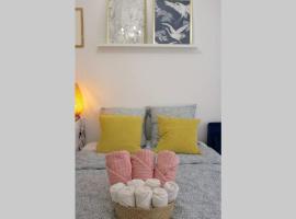Studio Rénové - Moderne - Netflix & Wifi, vacation rental in Paris