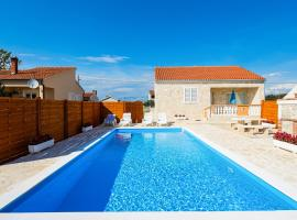 Villa Stone House with Pool, cottage in Nin