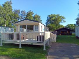 Beautiful 3 bedroom caravan with hot tub - Tattershall Lakes, hotel in Tattershall