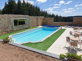 Au fer à cheval, hotel with pools in Gandelain