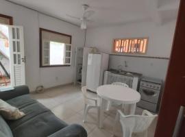 Flat quarto e sala, mobiliado 100 mts PRAIA e VILA, Rua da caixa econômica Federal, beach hotel in Praia do Forte
