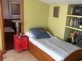 Habitación de 10m muy luminosa con balcón, baño independiente y vestidor, habitación en casa particular en Madrid