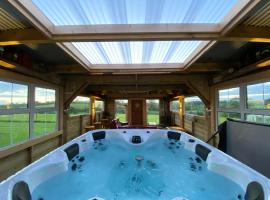 sleeps 12 / hot tub / cinema / pets welcome, hotel in Enniskillen