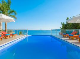 BEACHFRONT WHITE VILLA WİTH PRIVATE SWIMMING POOL, cottage in Kalkan