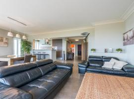 Bright apartment - 3min from coast & free parking, apartment in Middelkerke