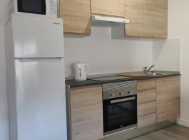 New modern 1 bed with pool sleeps 4 center of salou, appartement in Salou