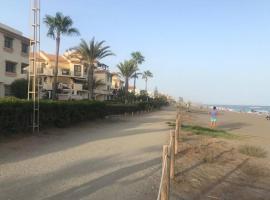 Primera línea de playa, apartment in Torre de Benagalbón