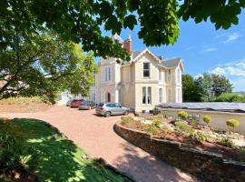 Torbay Rise - With pool, hot tub, sauna, gym, games and cinema room; sea views, holiday home in Torquay