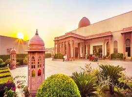 Orchha Palace and Convention Centre, hotel con piscina en Orchha