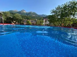 Juna Aqua Life, hotel near All-Season Mountain Resort Rosa Khutor, Estosadok