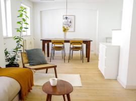 Bright apartment next to the King's Garden, hotel i København