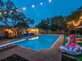 Luxury House with POOL, Private yard & BBQ area, 4 min from Fiesta Texas, villa in San Antonio