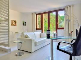 Design flat with private garden close to the Palace of Versailles Welkeys, hotel económico en Versalles
