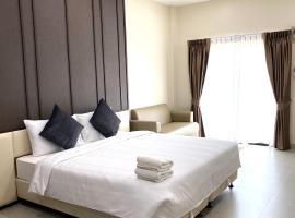 The Shade Residence, hotel near Tiffany Cabaret Show, Pattaya