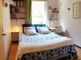 Lovely room in the heart of Malmö close to Copenhagen, privat indkvarteringssted i Malmø
