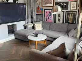 Luxury 2 bedroom flat heart of Camden, hotel in London