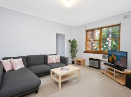 Cosy 2BR plus Parking in Nth Sydney, hotel in Sydney