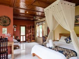 Suk's House-live locally in family compound Ubud, homestay in Ubud