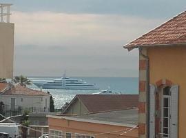 Beau duplex lumineux avec aperçu mer, budget hotel in Antibes