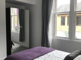 Carvetii - Edward House A - 2 Dbl bed 1st floor flat, pet-friendly hotel in Dunfermline