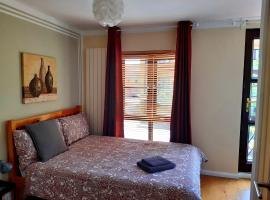 Modern En-suite Rooms near Tube, bed and breakfast en Londres