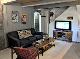 Two Bedroom Deluxe Townhouse #117 by Escape For All Seasons, apartment in Big Bear Lake