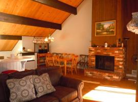 Two-Bedroom plus Den Deluxe Unit #12 by Escape For All Seasons, apartment in Big Bear Lake