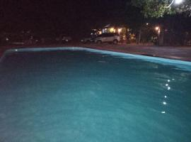 Chalé cris 02, hotel with pools in Fortim