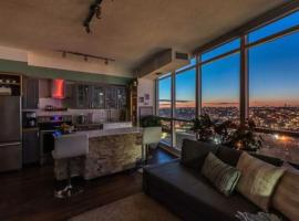 Executive Condo downtown with skyline view, hotel in Toronto