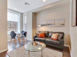 Private Patio! Walk to Convention Center, Metro, groceries, wine bars, beer gardens and more from this sunny apartment in Shaw! Parking available too!, apartment in Washington, D.C.