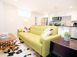 New renovation! Walk to Convention Center, Metro, groceries, wine bars, beer gardens and more from this sunny apartment in Shaw! Parking available too!, apartment in Washington, D.C.