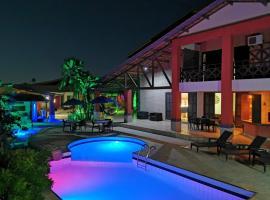 POUSADA FLAMBOYANT VILLAGE - Praia Das Fontes - 50mt da Gruta Mãe D'água, hotel with pools in Beberibe