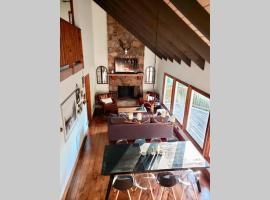 A Smoky Mountains Retreat - Chalet de Montagne, cabin in Gatlinburg